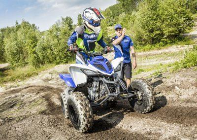 1-2017-Yamaha-YFM90-EU-Racing-Blue-Action-002